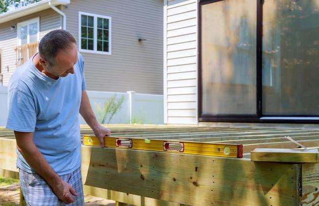 Bau einer hinterhofplattform mit zusammengesetzten terrassendielen