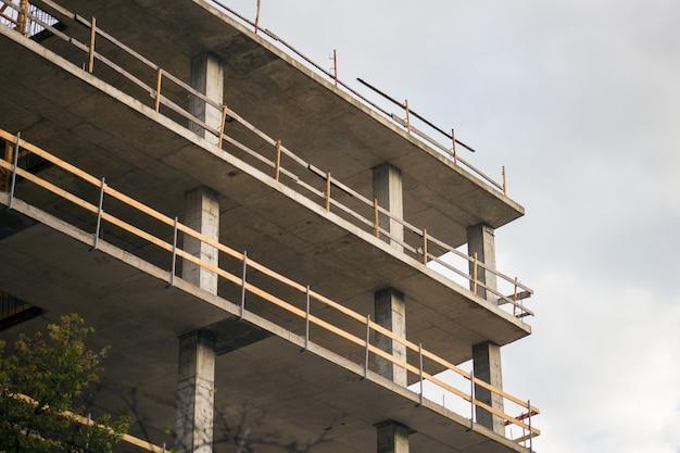 Bau eines hohen hauses in der stadt