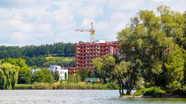 Bau eines modernen hochhauses am fluss