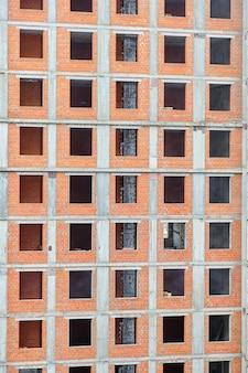 Bau eines neuen fensterlosen backsteinwohngebäudes.