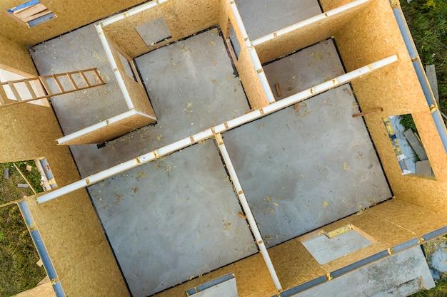Bau eines neuen und modernen modularen hauses. wände aus verbundholzplatten mit styroporisolierung. aufbau eines neuen rahmens für ein energieeffizientes zuhause.