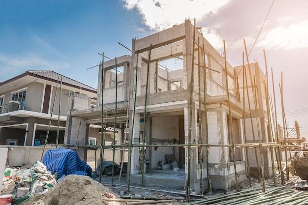 Bau eines neuen wohnhauses auf der baustelle im gange