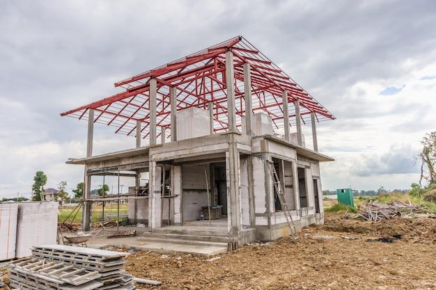 Bau eines neuen wohnhauses auf der baustelle
