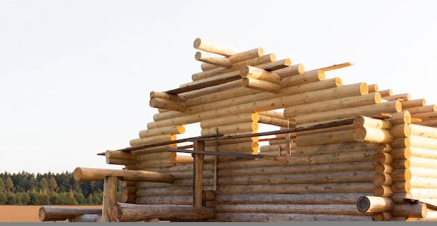 Bau eines ökologischen hauses aus holzstämmen. bau eines umweltfreundlichen hauses, holzarchitektur, ein haus aus holz