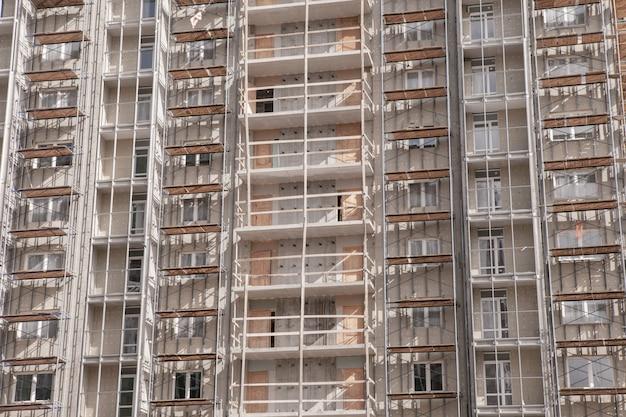 Bau eines wolkenkratzers aus metall-beton-elementen