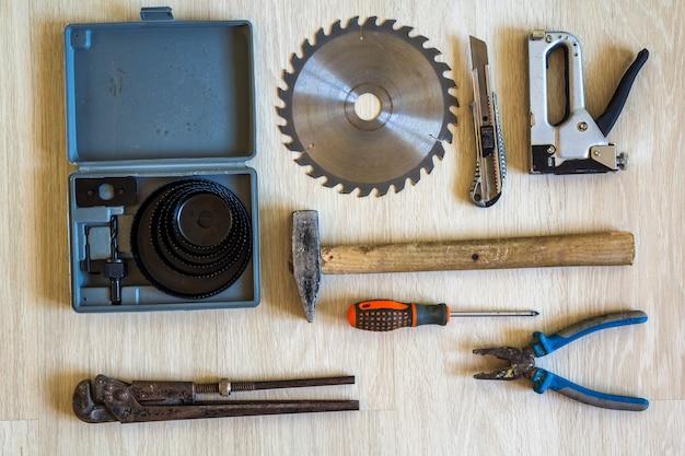 Bau-, gebäude- und reparaturwerkzeugsatz für hausarbeit über hölzernen hintergrund. ansicht von oben.
