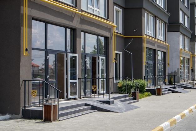 Bau hauptsächlich für geschäfte, büros und gewerberäume. verkauf und vermietung von immobilien im referenzgebäude. die wohnung befindet sich im erdgeschoss.