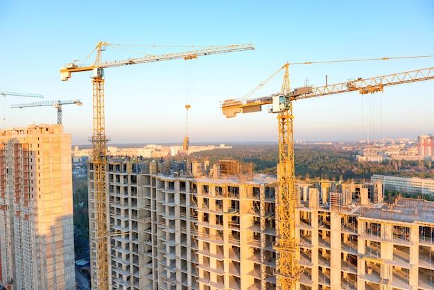 Bau mit kränen und arbeitern auf industriebaustelle