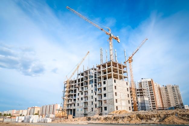 Bau neuer wohnungen und krane