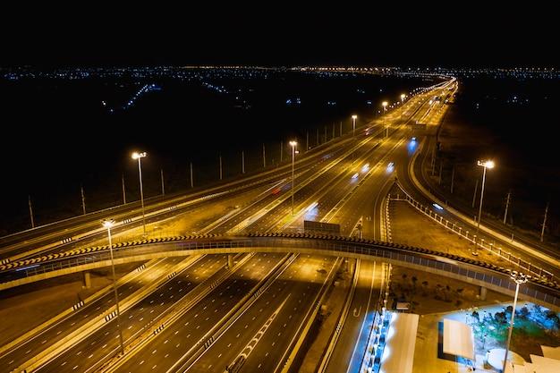 Bau schnellstraßenverbindungen für transport- und logistikgeschäft bei nacht