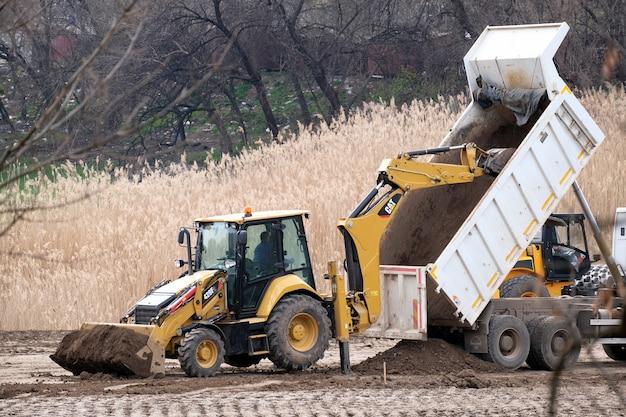 Bau schwere industriemaschinen machen eine neue straße