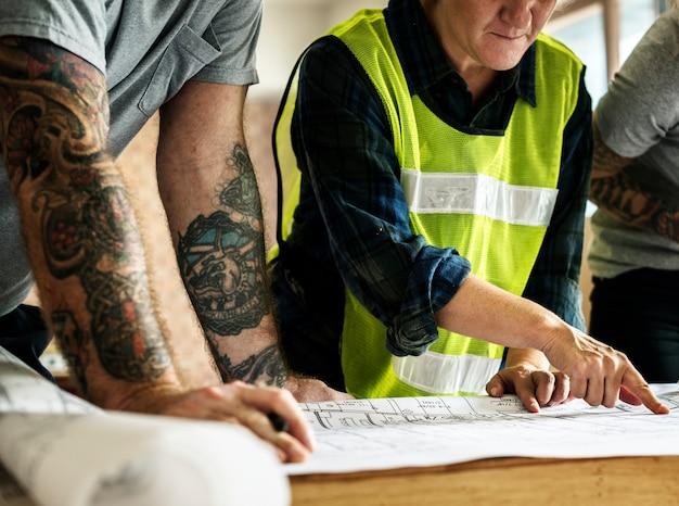 Bau-team und blaupause vor ort