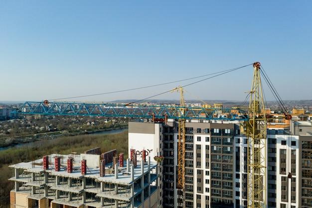 Bau und bau von hochhäusern, der bauindustrie mit arbeitsmitteln und arbeitern. blick von oben, von oben.