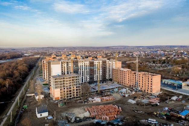 Bau und bau von hochhäusern, der bauwirtschaft mit arbeitsgeräten und arbeitern