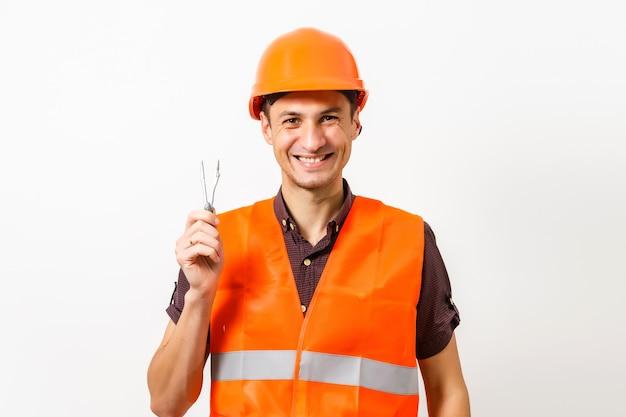 Bau- und gebäudekonzept. ingenieure, die einen zeichenkompass mit zeichnungen im bau auf blaupausen in büros verwenden
