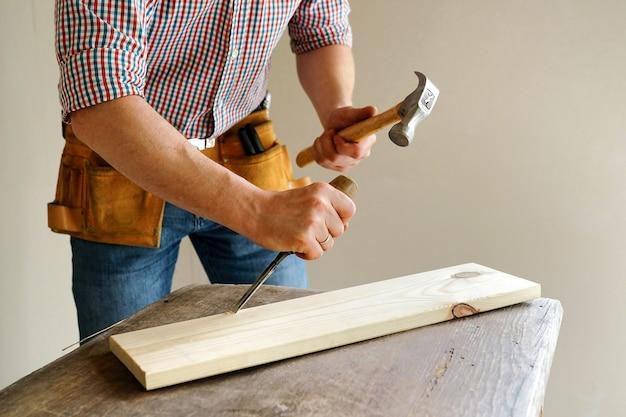 Bau und reparatur. zimmerei. der arbeiter bearbeitet die tafel