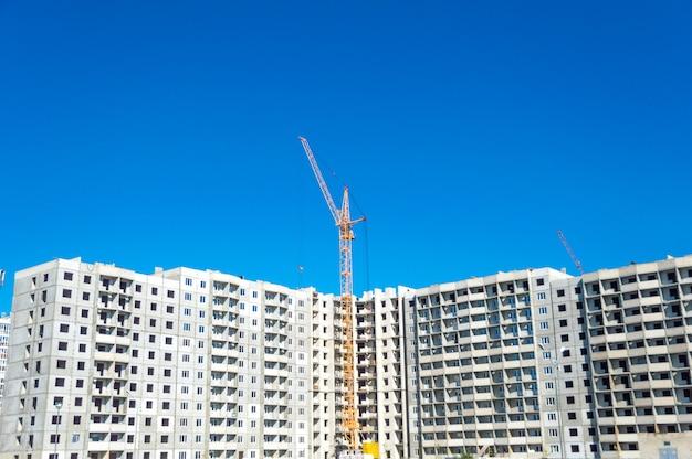 Bau von hochhäusern und industriekranen