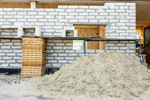 Bau von schaumbetonsteinen. erweiterung des raumes.
