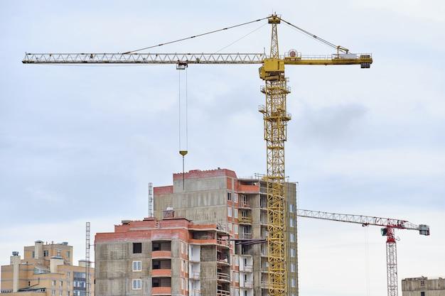 Bau von wohngebäuden mit einem kran