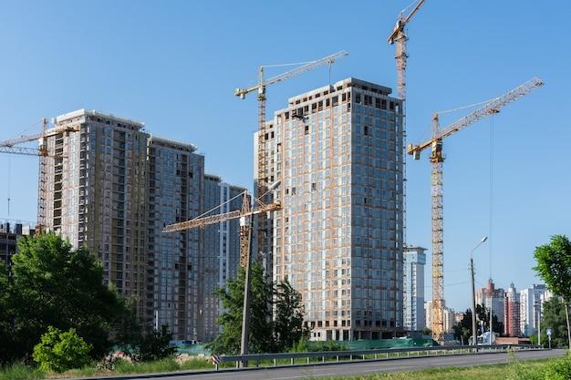 Bau von wohngebäuden, neuen mehrstöckigen häusern in kiew, der hauptstadt der ukraine