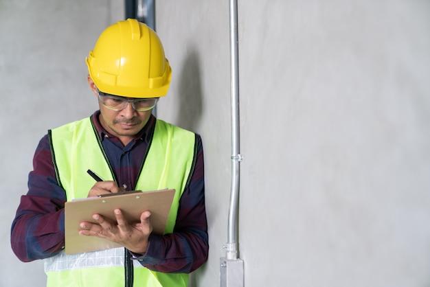 Bau, vorarbeiter inspektor defekt über ingenieur & architekt arbeiten hausbau vor dem vollständigen projekt