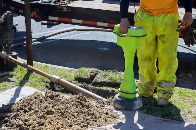 Bauarbeiten erkennen die glasfaser der rohrleitung in der für horizontales richtbohren