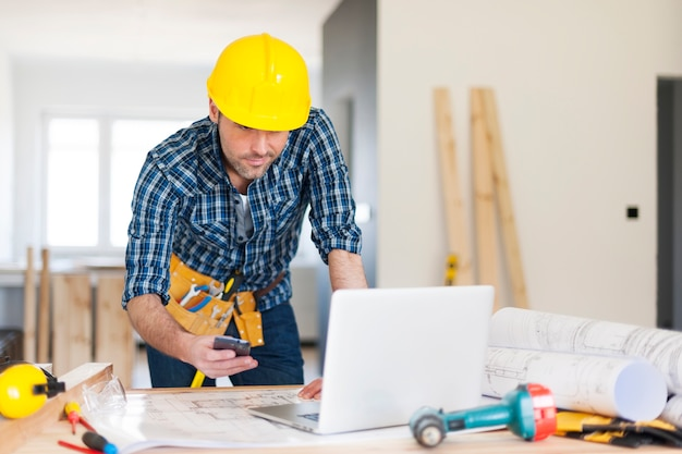 Bauarbeiter am arbeitsplatz