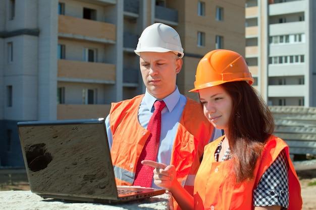 Bauarbeiter arbeiten auf der baustelle