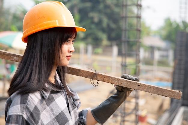 Bauarbeiter bauen neue häuser