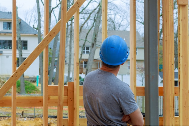 Bauarbeiter building timber frame new home