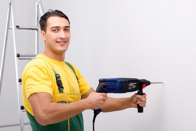 Bauarbeiter, der am standort arbeitet