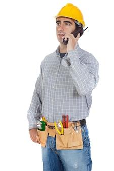 Bauarbeiter, der am telefon spricht