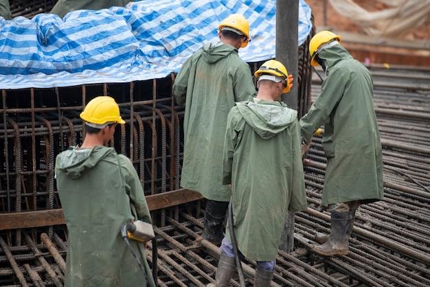 Bauarbeiter, der einen beton an der massengrundlage gießt