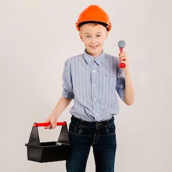 Bauarbeiter, der werkzeugsatz hält