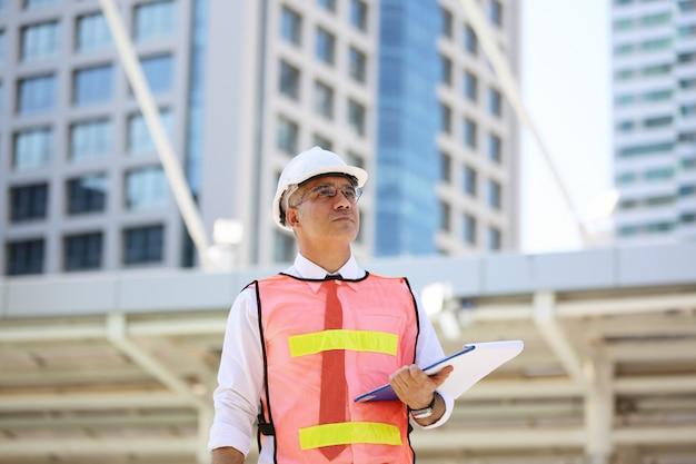 Bauarbeiter, die an baustelle arbeiten
