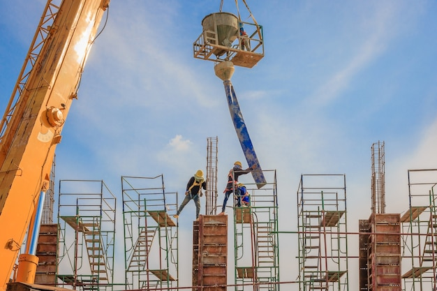 Bauarbeiter, die an einem gerüst auf hohem niveau arbeiten, haben einen sicherheitsgurt