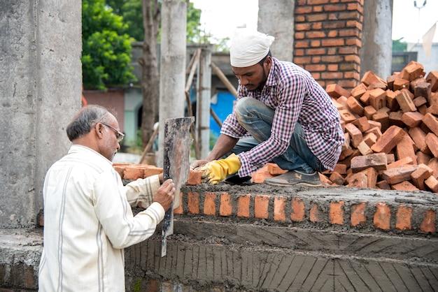 Bauarbeiter, die auf einer entwicklungs- oder baustelle arbeiten.
