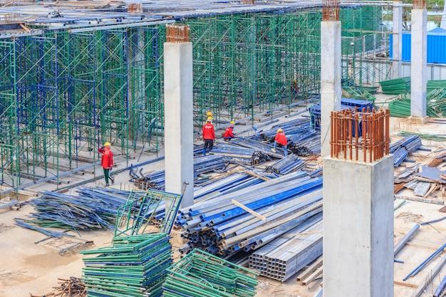 Bauarbeiter, die baugerüst auf baustelle installieren