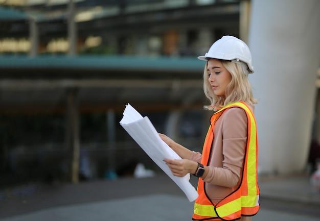 Bauarbeiter, die pläne auf baustelle betrachten