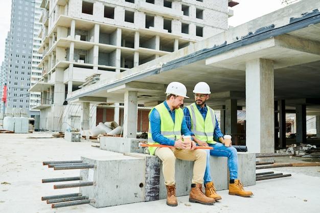 Bauarbeiter, die über kaffee plaudern
