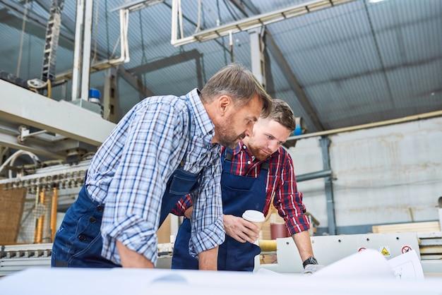Bauarbeiter diskutieren pläne