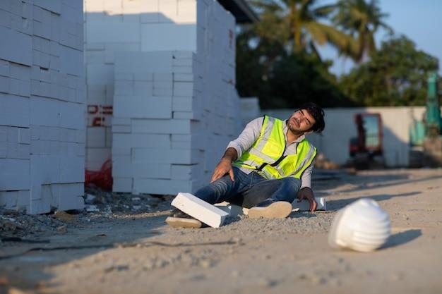 Bauarbeiter haben einen unfall auf dem boden liegen, während sie auf der baustelle arbeiten. arbeitsunfall