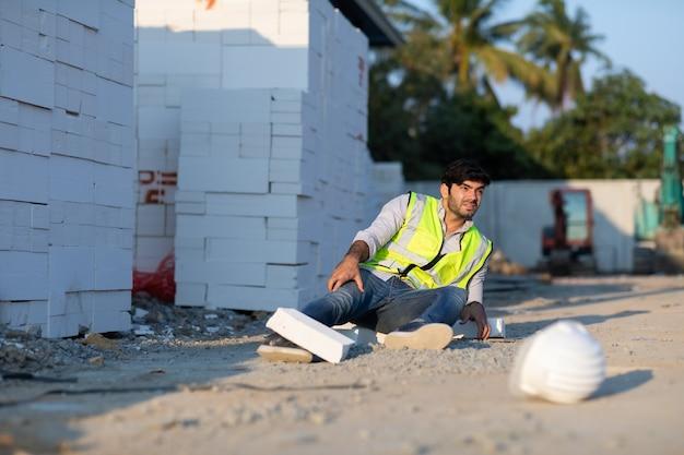 Bauarbeiter hat einen unfall auf dem boden während der arbeit auf der baustelle unfall bei der arbeit