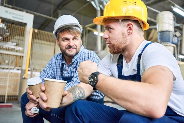Bauarbeiter im chat über kaffeepause