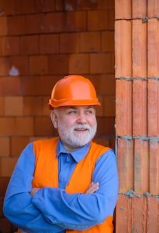 Bauarbeiter in bauarbeiterhelm-ingenieuren, die reparaturbauindustriemann im bauwesen arbeiten