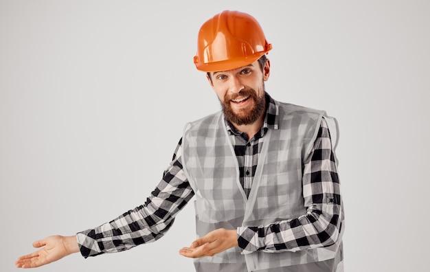 Bauarbeiter in einheitlicher orangefarbener helmsicherheitsarbeit.