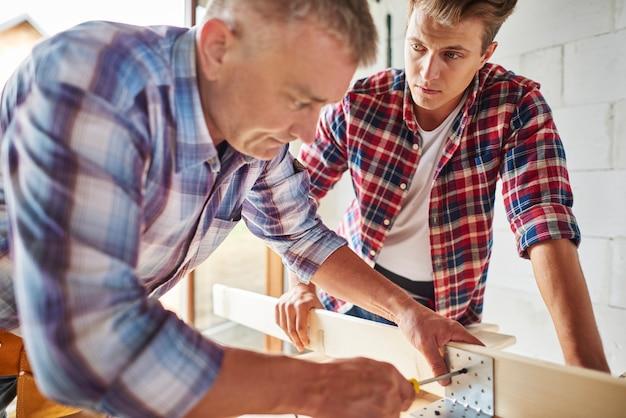 Bauarbeiter in ihrem arbeitsbereich