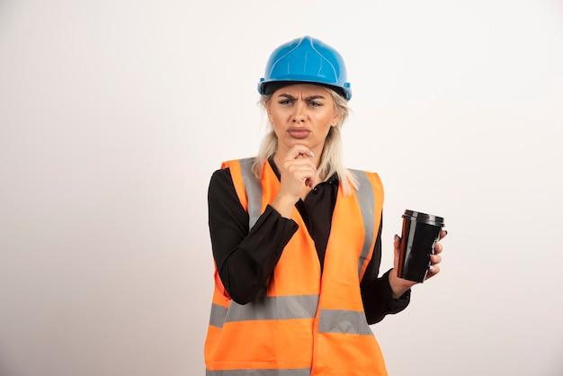 Bauarbeiter mit tasse tee, der etwas betrachtet. hochwertiges foto