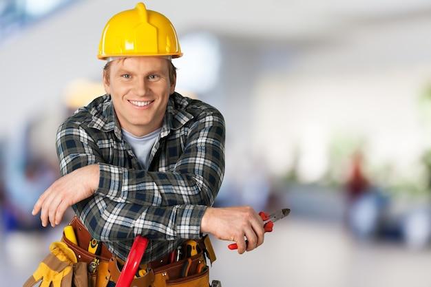 Bauarbeiter mit werkzeugen im leeren gebäude
