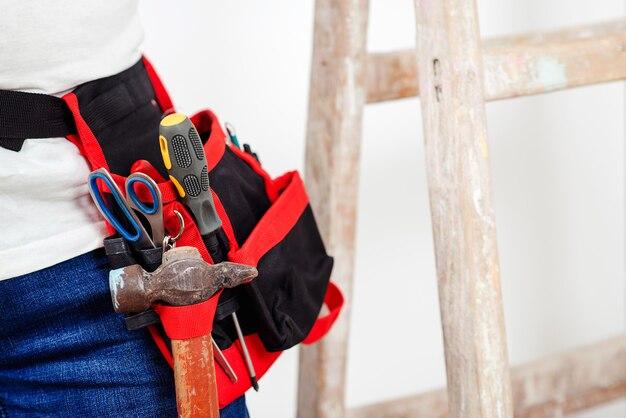 Bauarbeiter mit werkzeuggürtel